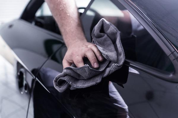 professionelle lackaufbereitung an einem auto in einem fachbetrieb